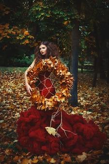 Mulher com penteado criativo está posando em um vestido vermelho