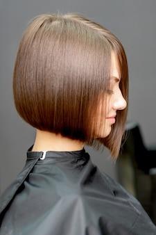 Mulher com penteado curto close-up