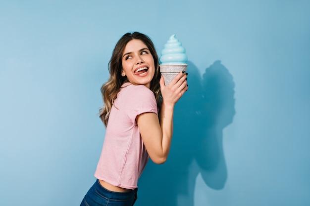 Mulher com penteado elegante tomando sorvete