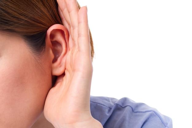 Mulher com perda auditiva de perto