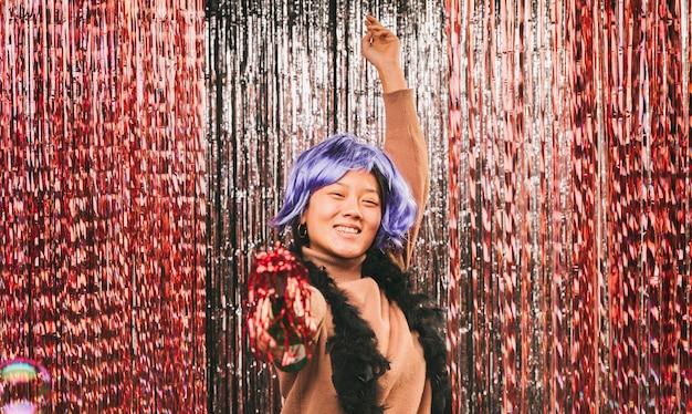 Mulher com peruca roxa na festa de carnaval
