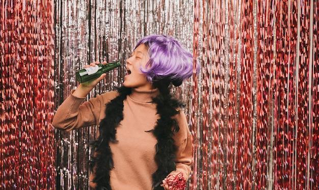 Mulher com peruca se divertindo na festa de carnaval