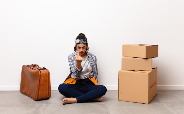 Mulher com pilha de caixas e mala de couro