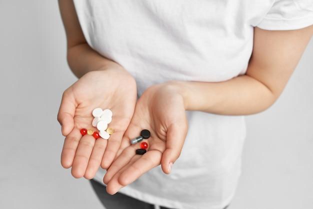 Mulher com pílula nas mãos tratamento saúde remédio problemas de saúde