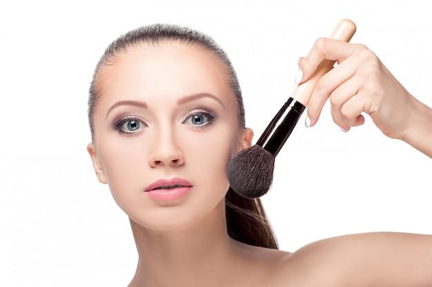 Mulher com pincel de maquiagem