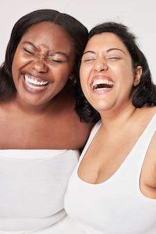 Mulher com positividade corporal rindo feliz plus size posar modelo