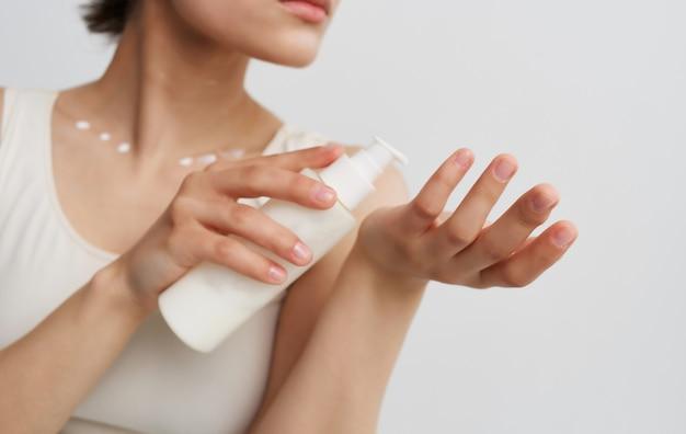Mulher com pote de creme dermatologia de hidratação da pele