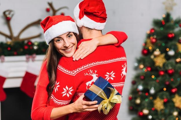 Mulher, com, presente, abraçando, homem