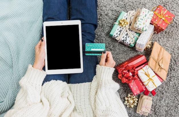 Mulher, com, presentes, e, cartão crédito, com, tabuleta