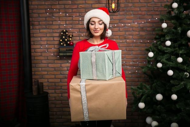 Mulher com presentes para o natal
