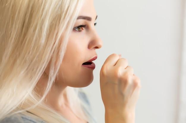 Mulher com problema de tuberculose no fundo azul