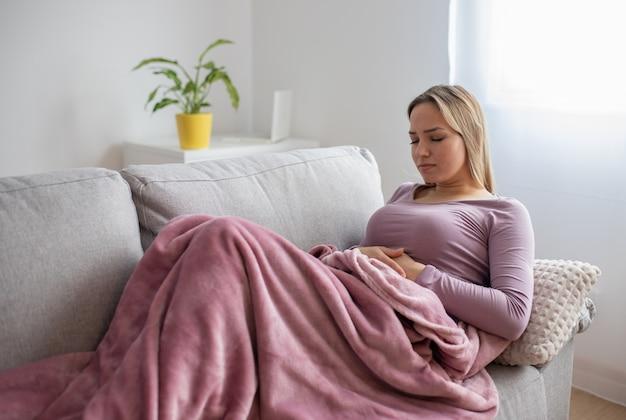 Mulher com problemas de estômago