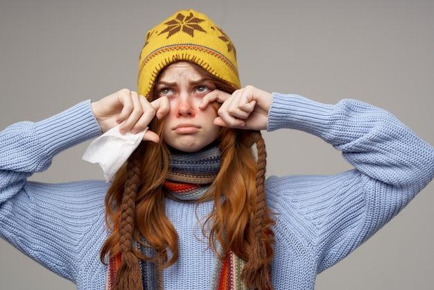 Mulher com problemas de saúde com temperatura isolada fundo