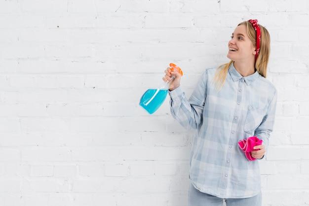 Mulher com produtos de limpeza