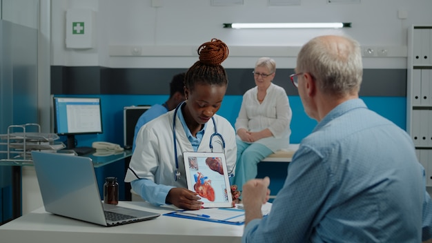 Mulher com profissão de médico segurando um tablet moderno
