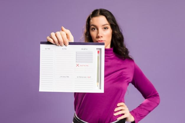 Mulher com programa de trabalho plano médio