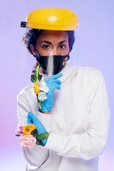 Mulher com protetor facial e luvas florais