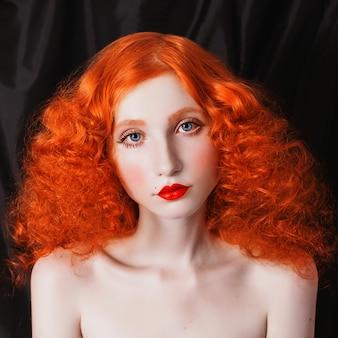 Mulher com quarto vermelho volosamina encaracolado do fundo. garota ruiva com pele pálida, olhos azuis, aparência brilhante e incomum e lábios vermelhos. linda clavícula e pescoço