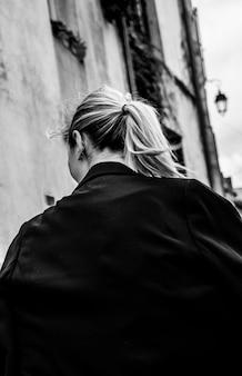 Mulher com rabo de cavalo e jaqueta preta