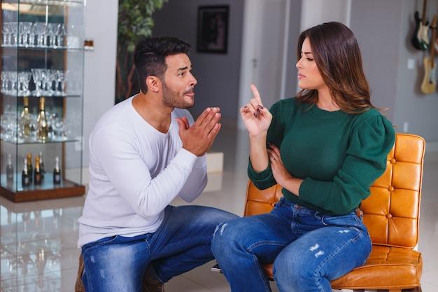 Mulher com raiva de seu marido. um casal brigando