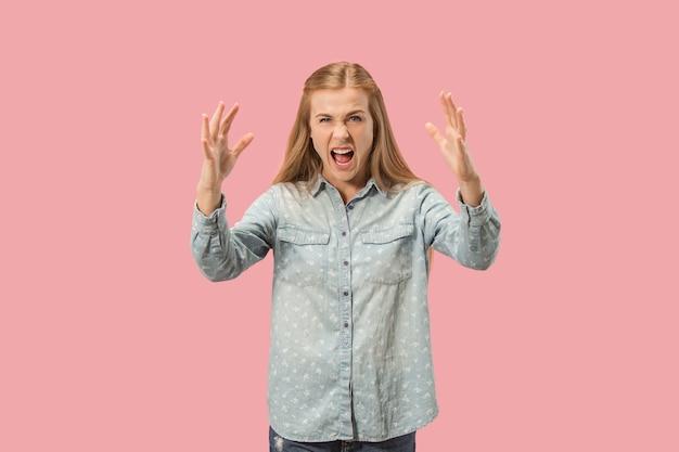 Mulher com raiva, olhando para a câmera. mulher de negócios agressivo em pé isolado no fundo do estúdio rosa na moda. retrato feminino de meio corpo.