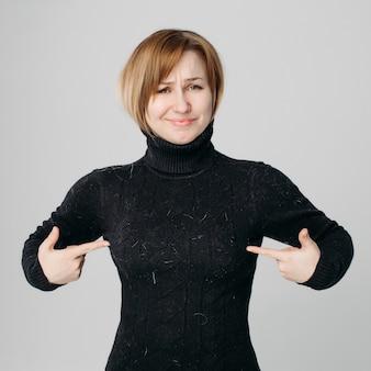 Mulher com raiva porque seu suéter preto em pêlos de animais.