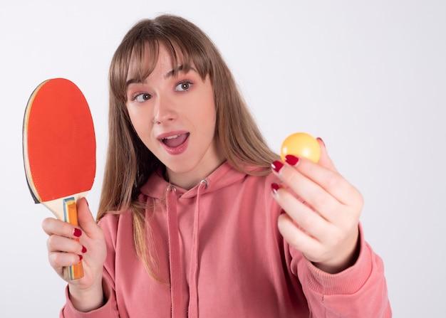Mulher com raquete de pingue-pongue