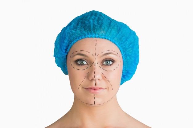 Mulher com rede de cabelo e linhas de traço preto para um elevador de rosto