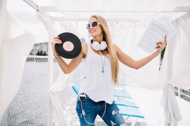 Mulher com registro de vinil e música
