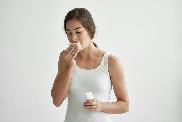 Mulher com resfriado, problema de saúde que incendeia emoção limpa rosto