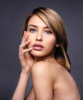 Mulher com rosto bonito e pele limpa. mulher loira sexy. modelo loiro atraente de olhos azuis. modelo com uma maquiagem esfumada. closeup retrato de uma linda mulher. penteado curto criativo.