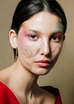Mulher com rosto pintado posando