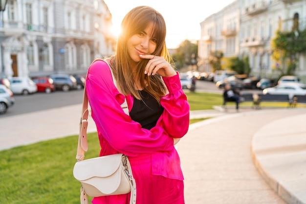Mulher com roupa casual elegante, posando na velha cidade europeia.