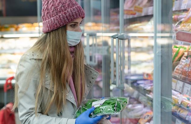 Mulher com roupa de corona cheia de compras no supermercado
