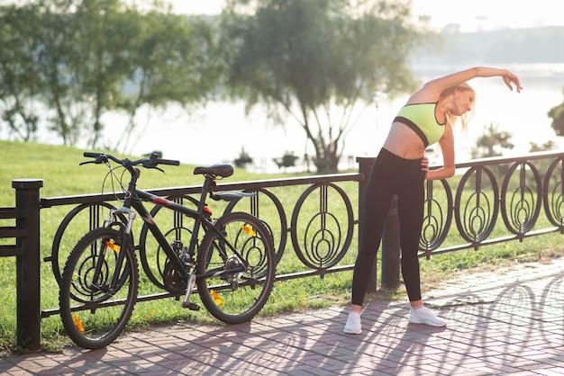 Mulher com roupas de fitness fazendo exercícios de treino