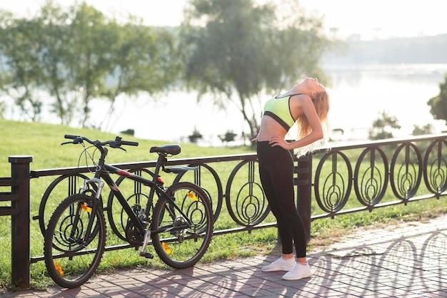 Mulher com roupas de ginástica fazendo exercícios aeróbicos