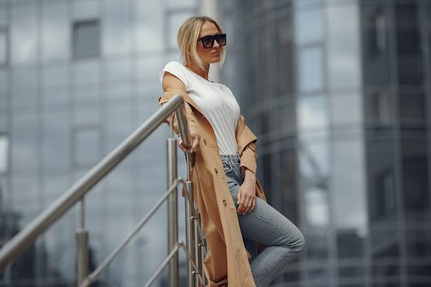 Mulher com roupas elegantes em uma cidade de verão