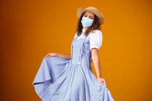 Mulher com roupas típicas de famosa festa brasileira chamada