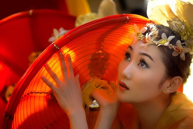 Mulher com roupas tradicionais asiáticos