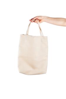 Mulher com saco de algodão eco sobre fundo branco. conceito de ecologia ou proteção do meio ambiente. saco eco branco para simulação