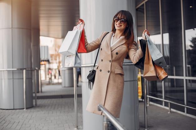 Mulher, com, saco shopping, em, um, cidade