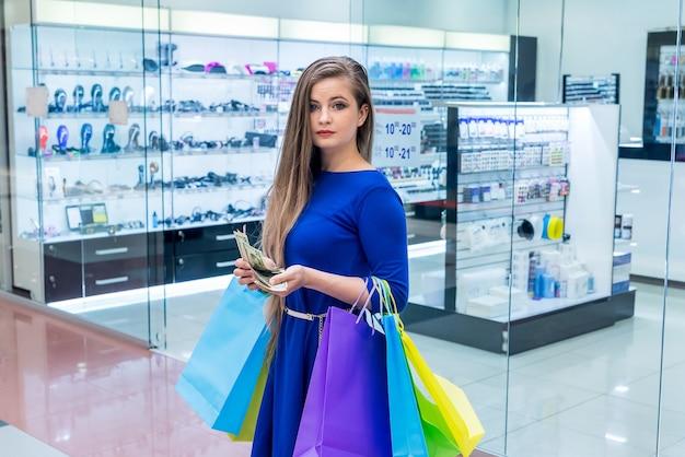 Mulher com sacola contando dólares para fazer compras