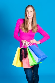 Mulher com sacolas coloridas