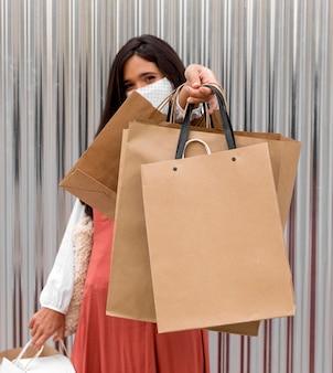 Mulher com sacolas de compras e espaço de cópia