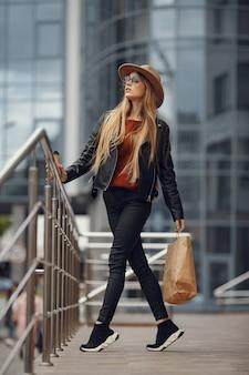 Mulher com sacolas de compras em uma cidade de verão