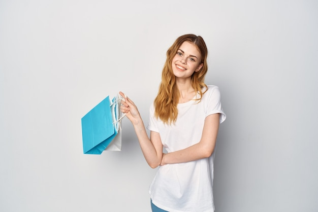 Mulher com sacolas multicoloridas, viciada em compras, alegria, entretenimento