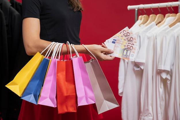 Mulher com sacos coloridos em compras