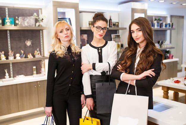 Mulher com sacos em uma boutique.