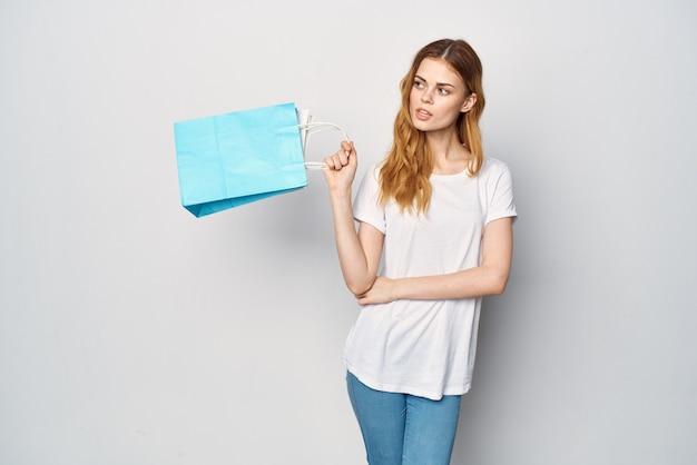 Mulher com sacos multicoloridos, comprando compras de entretenimento de estilo de vida. foto de alta qualidade