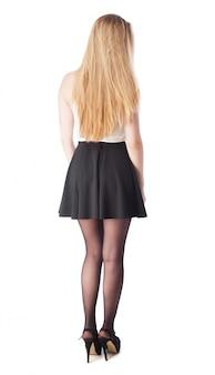 Mulher com saia e nas costas saltos